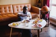 黑人帅哥室内用餐图片