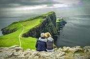 綠色海岸夫妻看海背影圖片