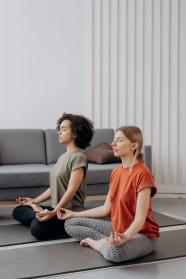 闺蜜一起练瑜伽图片
