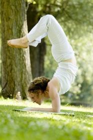 春天草地瑜伽美女圖片