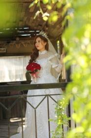 手捧玫瑰花婚紗美女圖片