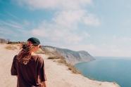 海邊懸崖美女背影圖片