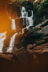 山水瀑布美女背影圖片