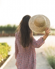 手持藤編帽子的美女圖片